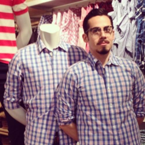 #撞衫也是一種樂趣:溫哥華男子就是愛到店跟假人模特兒撞衫 4