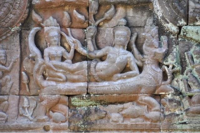 Architrave con la raffigurazione di Khrisna che sale il Monte Govardhana