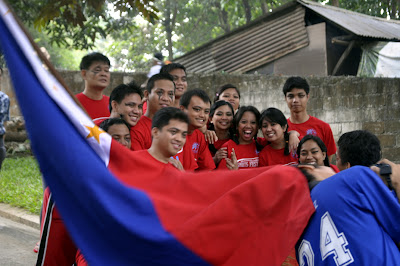 Students pose behind Philippine Flag