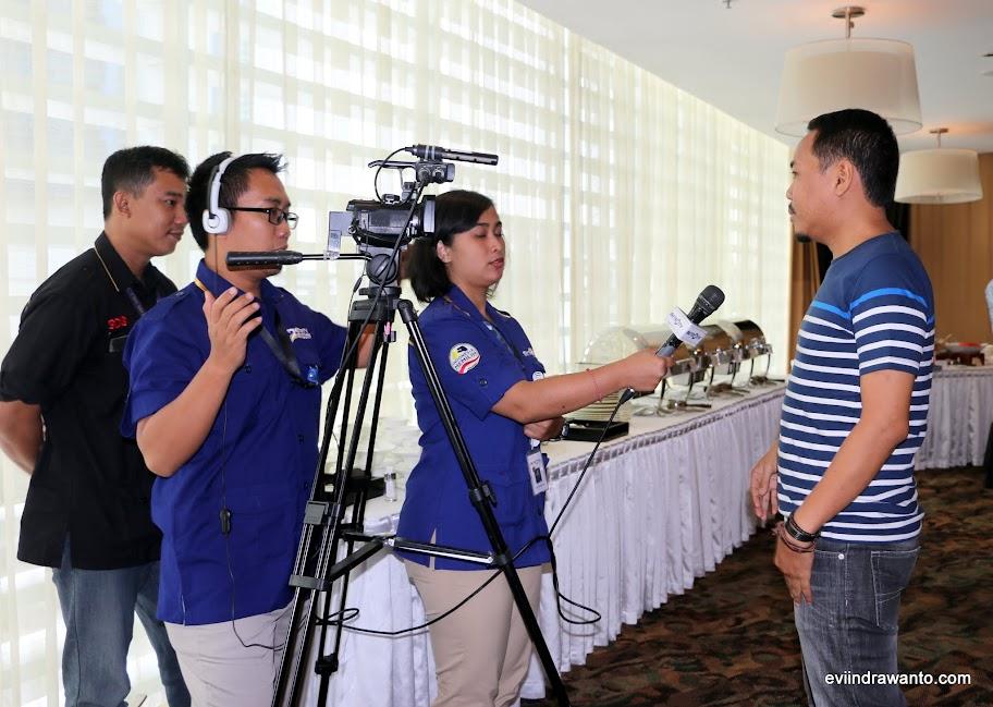 Kak Gilang dan Kak Angi dari Metro TV News sedang mewawancarai travel blogger Cumi Lebay