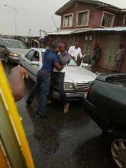 2 Drivers Fight Publicly In Lagos(PHOTOS)