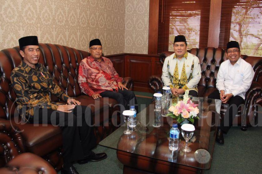 Presiden RI Joko Widodo saat berkunjung ke kantor Pengurus Besar Nahdlatul Ulama (PBNU) di Jalan Kramat Raya 164, Jakarta, Senin (7/11). Foto: Kantor Berita Aswaja (KBAswaja).