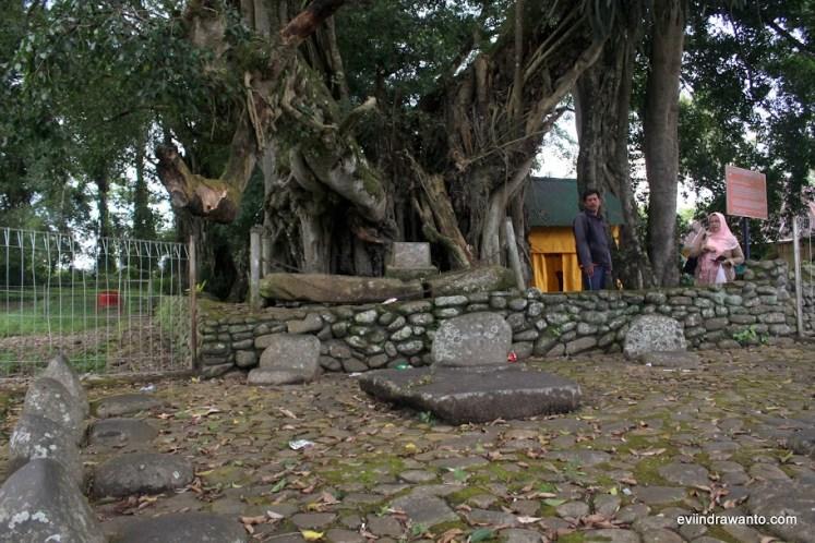 Medan nan Bapaneh dengan tempat duduk Batu Cadangan dan meja di tengahnya