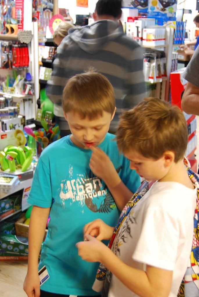 Conelius och Loke in the shop
