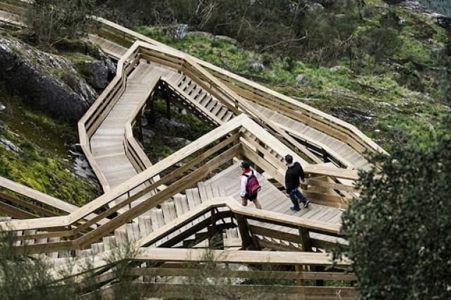 Lối đi trên cùng đường lát gỗ