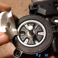 fitting_plastic_piece_into_motor.jpg