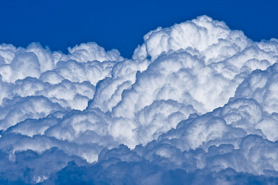Nuvens brancas grandes