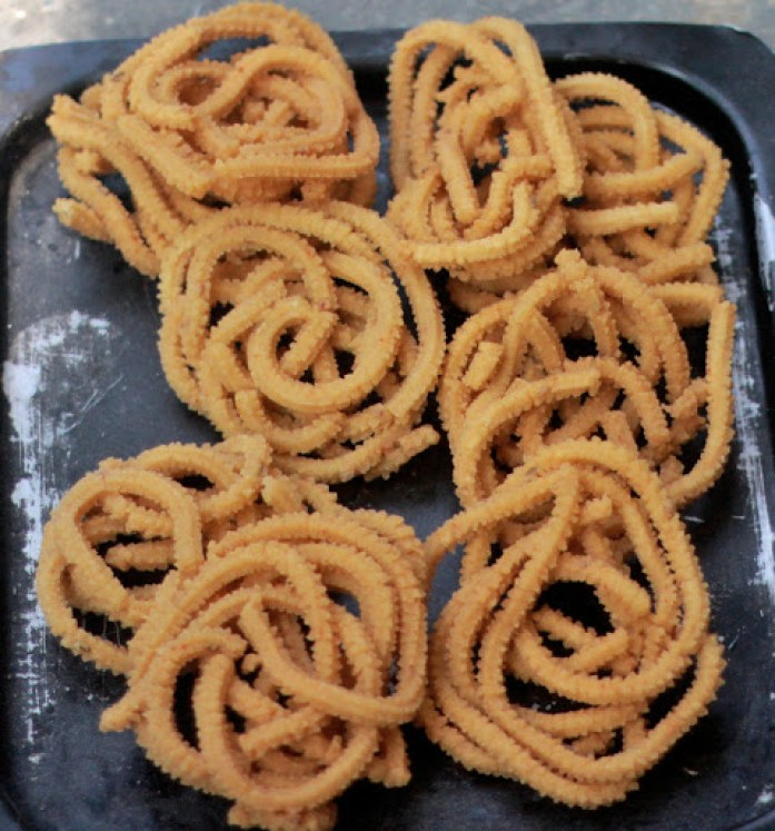 Mullu Murukku Recipe - Iyengar Manangombu / Manamkombu | Chakli recipe | South Indian Murukku - step by step pictures - Foodomania.com