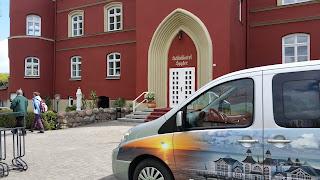 Mit dem Kleinbus direkt zum Schloss Spyker