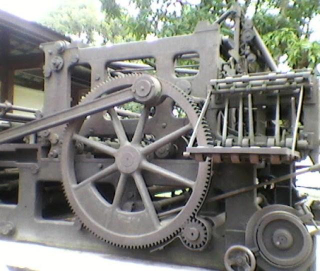 Tapi Siapa Sangka Jika Benda Ini Adalah Mesin Cetak Jaman Dahulu Jadul Dan Mungkin Bisa Dikatakan Yang Pertama Benda Ini Dipajang Di Halaman Percetakan