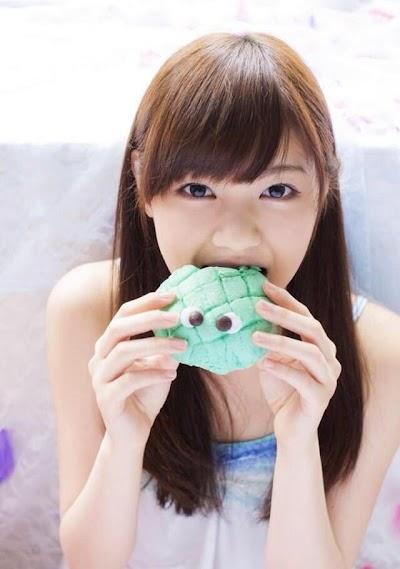 メロンパンを食べる西野七瀬(なぁちゃん)