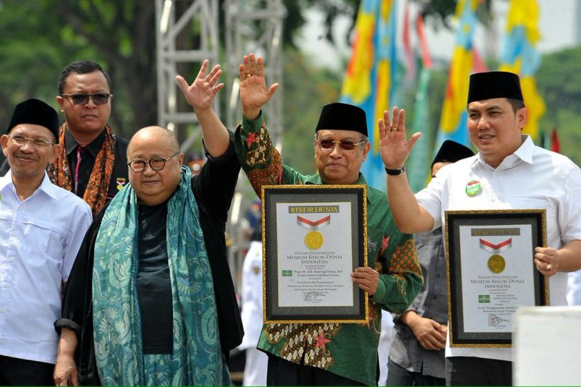 Ketua Umum MURI Jaya Suprana menyerahkan Piagam Rekor Dunia MURI kepada PBNU. Foto: @KEMENPORA_RI.