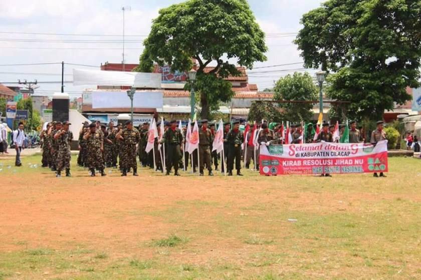 Banser NU Majenang mengawal jalannya kirab Resolusi Jihad NU. Foto: FB Sururi Arumbani.