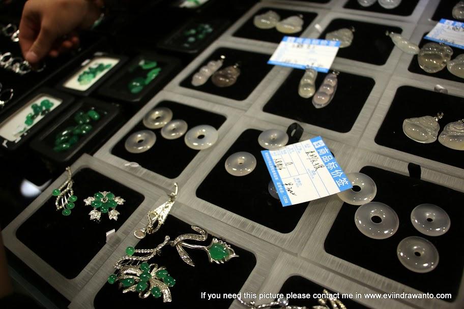 Perhiasan Batu Akik - Batu giok hijau dan putih
