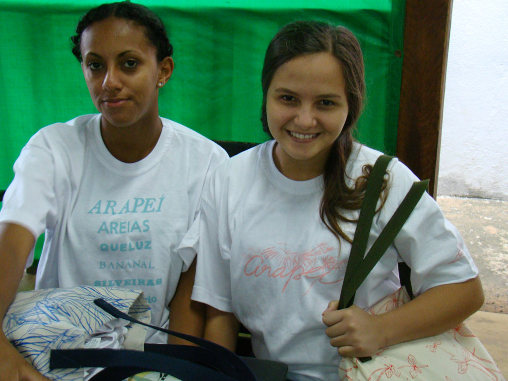 meninas com bolsas e camisetas