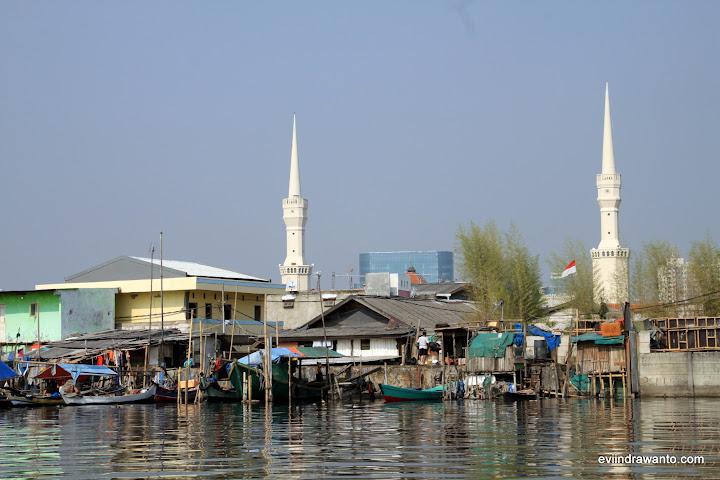 Menara Masjid Luar Batand di kejauhan