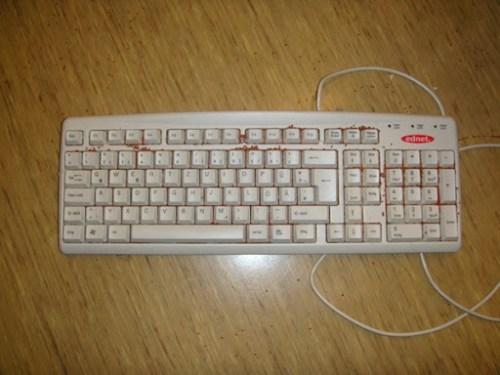 Аккуратно встряхнем клавиатуру, чтобы семена в щели попали