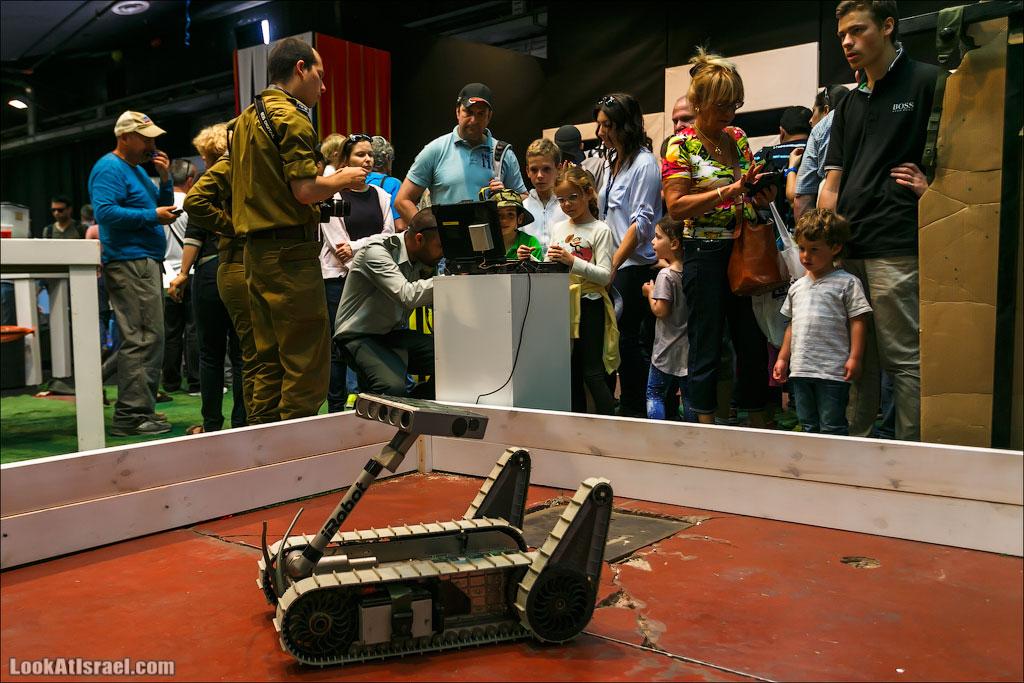 LookAtIsrael.com: Фото-блог о путешествиях по Израилю. Тель Авив, Иерусалим, Хайфа У армии тоже есть отдельный стенд. Это робот разведчик. Позволяет заглядывать за стены и свободно перемещается по пересеченной местности