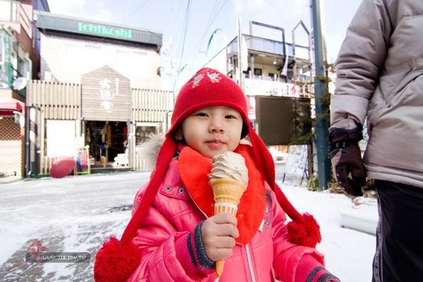 日本輕井澤小孩吃冰桶