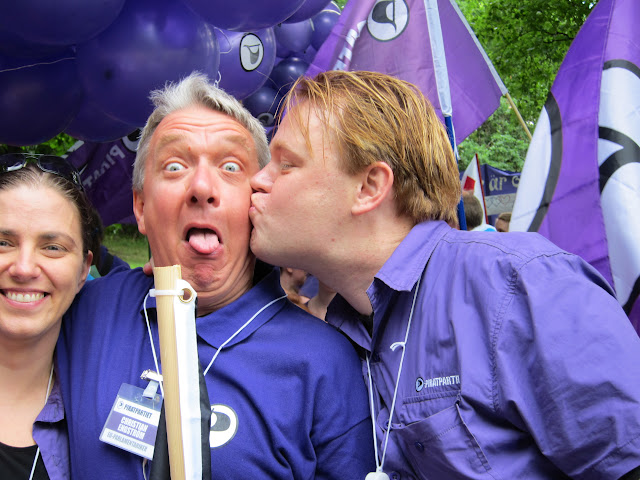 Piratpartister gillar Pride. Väldigt mycket. Här en bild på vår nuvarande partiledare, vår dåvarande partiledare och vår EU-parlamentariker. Foto: Christian Engström, CC0.