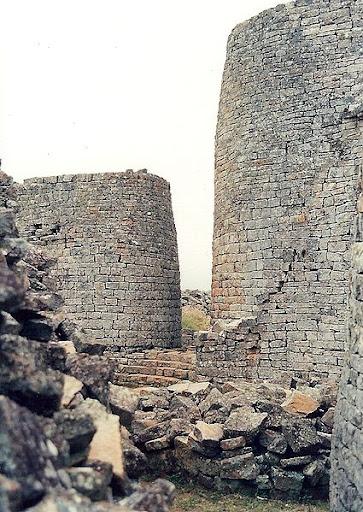 425px-Tower,_Great_Zimbabwe1.jpg