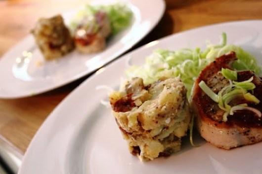 Dette er mit originale billede til opskriften med knuste bagekartofler, ristede svampe og soltørrede tomater.