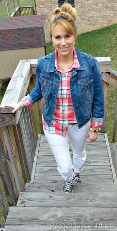 white jeans, plaid button down, denim jacket, Converse1