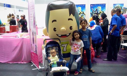 Gerai jualan Bola kampung di pameran beli barangan malaysia