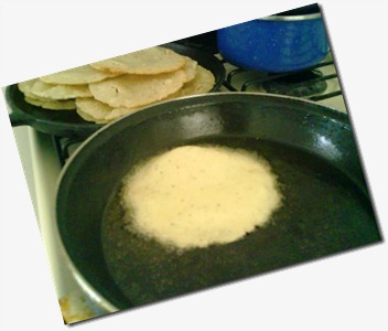 9 Frie la tortilla no muy gruesa