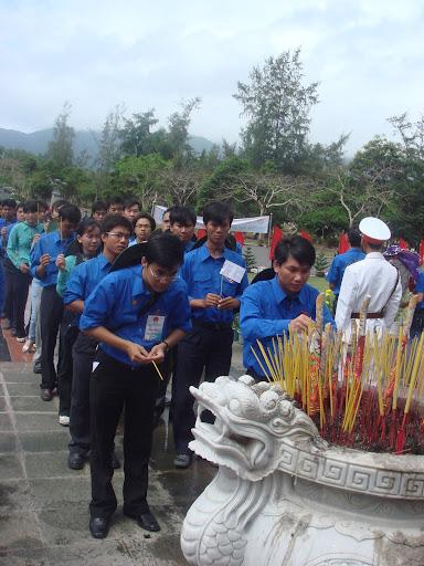 Anh Vũ Hưng dẫn đầu đoàn đại biểu TpHCM dâng hương tại nghĩa trang liệt sĩ Hàng Dương, Côn Đảo