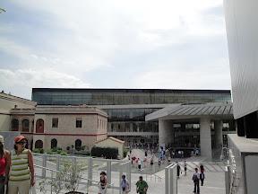 Η είσοδος του μουσείου. Το κτήριο Weiler στα αριστερά μαζί με το σπιτάκι Scooby-Do