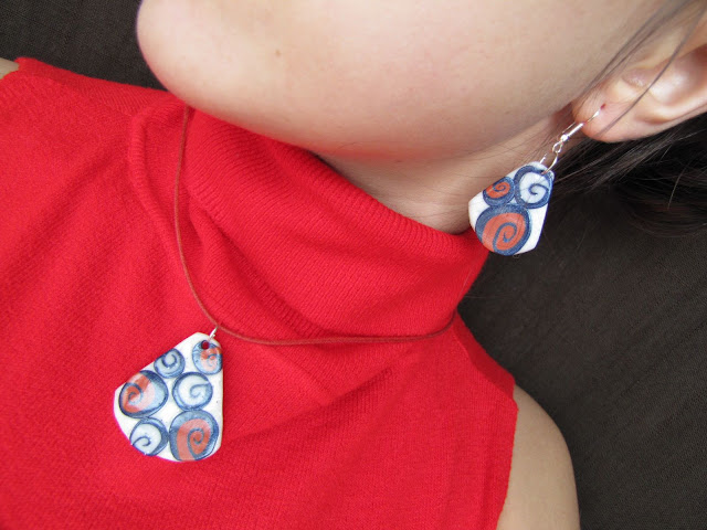 Cercei si pandantiv handmade Fimo spirale alb, rosu, albastru, model deosebit si elegant