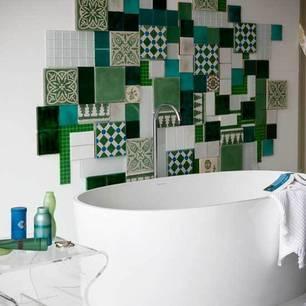 collage de azulejos decorando una pared en un baño