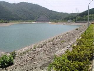 右岸よりダム湖側堤体、ダム湖を望む