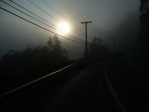Sol nascendo na neblina na saída de Praia Dura (Ubatuba)