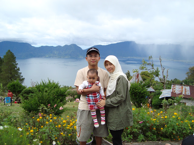 Berpose di Danau Maninjau