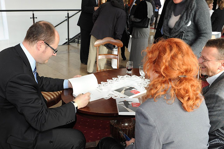 Dedykacja Adamowicz podpisuje swoją książkę na konwencji PO w Gdańsku