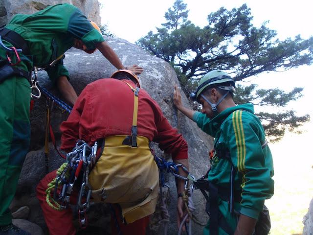 Julio ancla al rescatado antes de abandonar la cuerda.