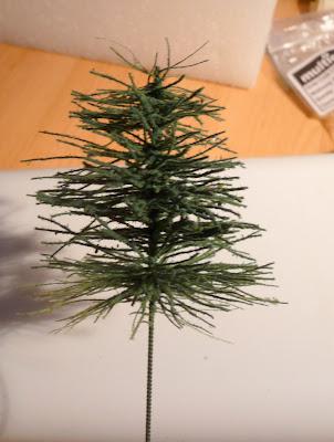 Dennenboom bespoten met lijm en daarna bestrooit