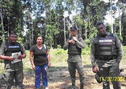 Fuerzas policiales haciendo esfuerzos para que los Nasos permitan el ingreso de tractores a territorio Naso