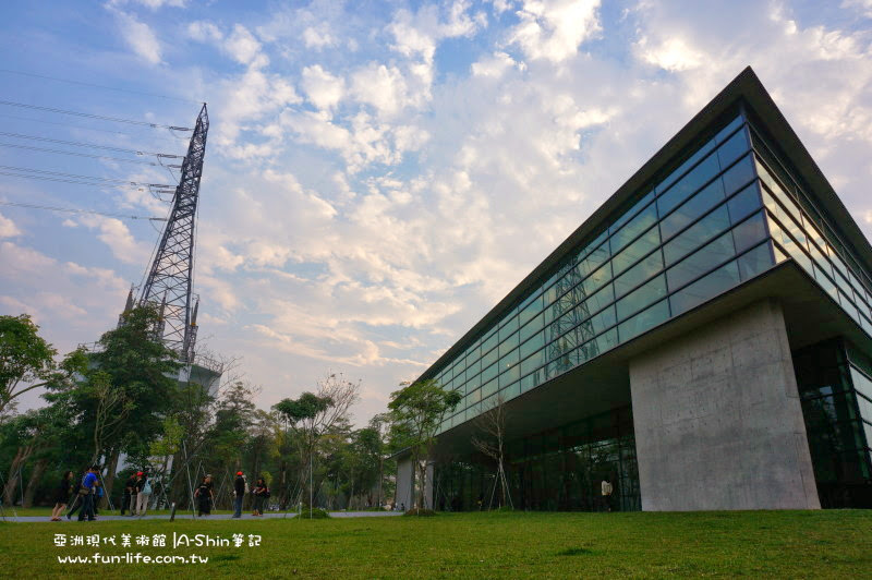 亞洲現代美術館旁的電塔很站版面..