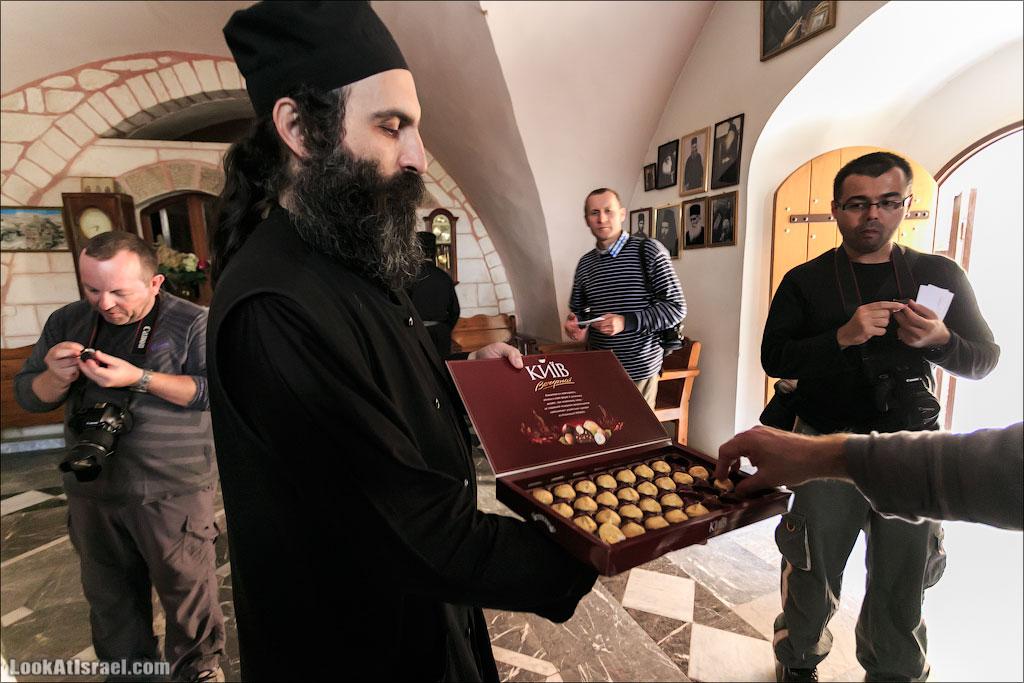 Монах Феоктист в монастыре Мар Саба угощает конфетами Вечерний Киев