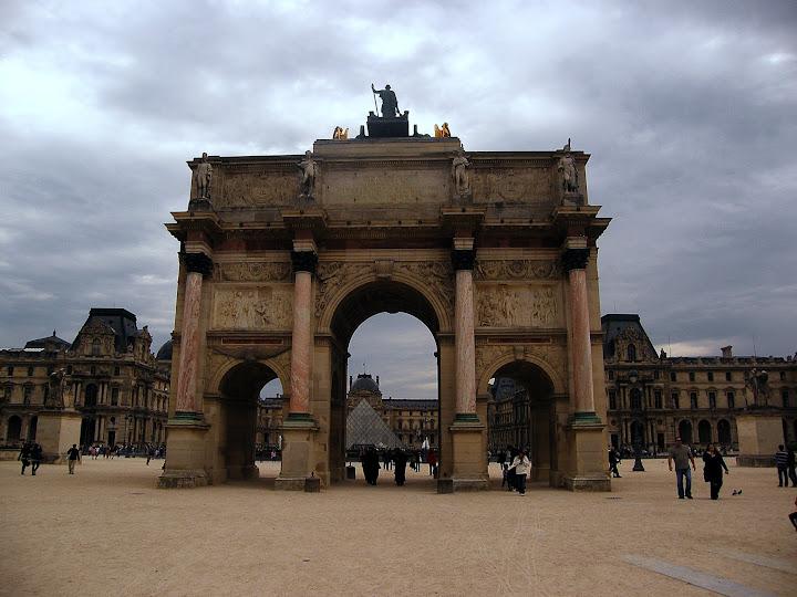 Qué ver en París en un fin de semana; Arco de Triunfo del Carrusel y edificio del Louvre