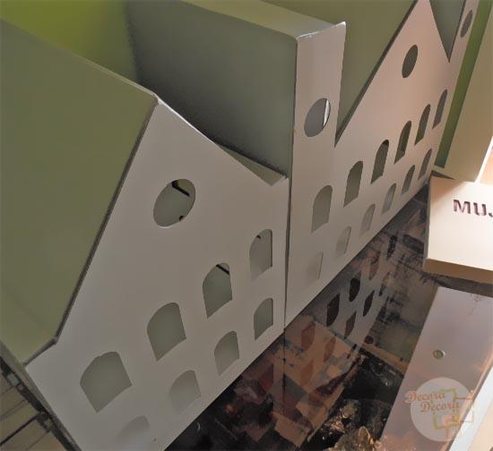 Casa miniatura de cartón.