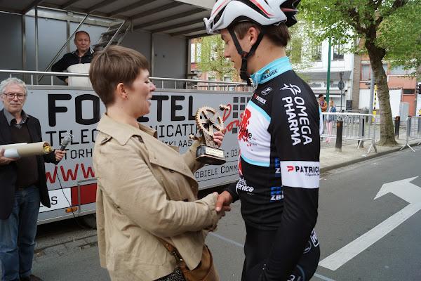 Michele Hostekint overhandigt trofee aan Engelbert Van Keirsbulck na zege in 19e GP Hostekint voor nieuwelingen in Roeselare
