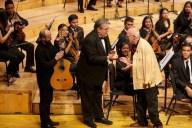 El director Felipe Izcaray recibe en el escenario al compositor venezolano Alfredo del Mónaco, luego de la interpretación de su obra Tientos de la noche imaginada por la orquesta mirandina y el guitarrista colombiano Guillermo Bocanegra