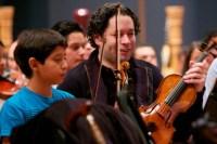 El maestro Gustavo Dudamel junto a Rayson Cumare, voilinista la Sinfónica Nacional Infantil de Venezuela