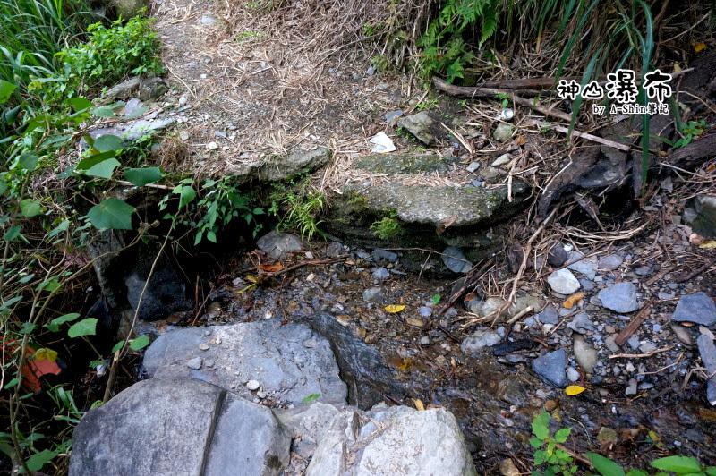其實用跨的就能過去的小峽谷XD 神山瀑布