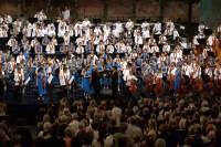 LA NACIONAL INFANTIL DE VENEZUELA Y EL CORO DE MANOS BLANCAS HICIERON HISTORIA EN SALZBURGO. La Sinfónica Nacional Infantil de Venezuela y el Coro de Manos Blancas llegaron el 4 de agosto al Festival de Salzburgo para marcar, con su participación, hechos sin precedentes en esta cita anual, que en 93 años de historia, no había presentado nunca a una orquesta infantil ni a una agrupación de personas con discapacidad. Con estas dos plantillas de músicos cerró la residencia otorgada en este 2013 a El Sistema