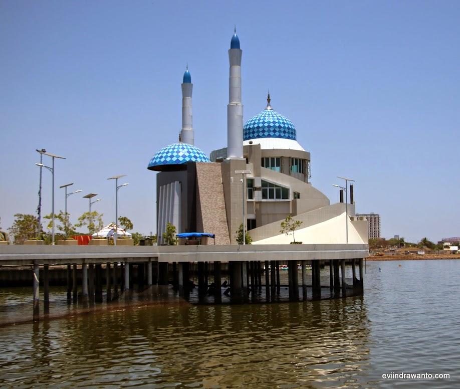 pantai losari dan masjid terapung